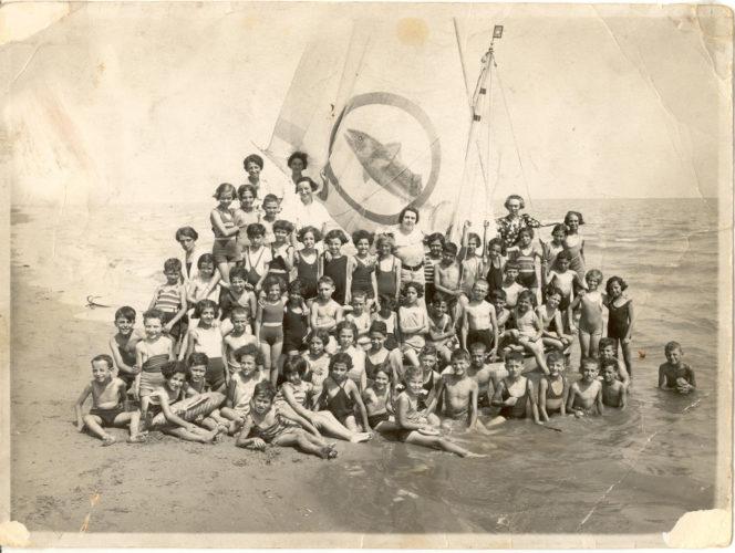 """Riccione 1936 Colonia ebraica - Archivio CDEC, Fondo fotografico Sara Salinas    - <a href=""""http://digital-library.cdec.it/cdec-web/fotografico/detail/IT-CDEC-FT0001-0000010621/riccione-colonia-marina-ose-bambini-e-assistenti-cui-giuseppe-salinas-salvatore-dana-e-allegra-jacchia.html"""" target=""""_blank""""  >vai alla scheda</a>"""