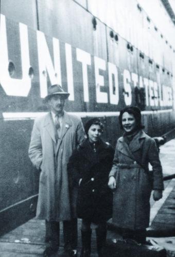 Due piccoli profughi con un collaboratore della Delasem al porto di Genova - Archivio privato, Berlino
