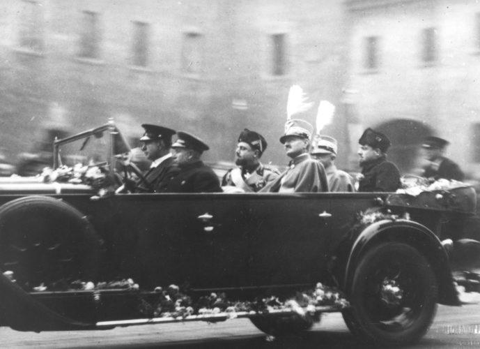 Renzo Ravenna, podestà di Ferrara, con Re Vittorio Emanuele III (sullo sfondo) e Italo Balbo - Archivio privato, Ferrara