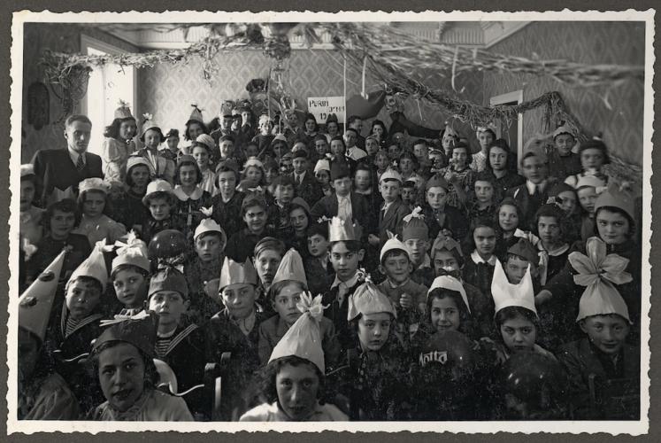 """Festa di Purim per bambini organizzata dalla """"Mensa dei bambini"""", Milano - Archivio CDEC, Fondo Israel Kalk, Album 2 - <a href=""""http://digital-library.cdec.it/cdec-web/fotografico/detail/IT-CDEC-FT0001-0000054996/album-2.html"""" target=""""_blank""""  >vai alla scheda</a>"""