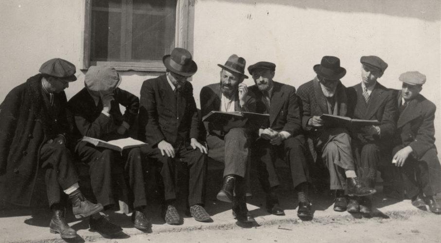 """Campo di Ferramonti, lo studio del Talmud. -  Il campo entrò in funzione il 20 giugno 1940 e fu il più grande campo per ebrei stranieri e apolidi. Fino al novembre del 1941 vi furono internati solo ebrei stranieri, dopo si aggiunsero altri internati stranieri, soprattutto provenienti dalla ex Jugoslavia e dalla Grecia, la presenza ebraica non fu mai inferiore al 75% dei reclusi del campo; il massimo affollamento fu raggiunto nell'agosto del 1943 con 2016 internati. Il 14 settembre del 1943 Ferramonti fu raggiunto dalle avanguardie dell'VIII armata britannica  Archivio CDEC, fondo Israel Kalk, album 5, p. 19 - <a href=""""http://digital-library.cdec.it/cdec-web/fotografico/detail/IT-CDEC-FT0001-0000055662/album-5.html"""" target=""""_blank""""  >vai alla scheda</a>"""