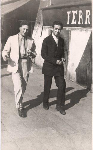 """Carlo Levi e Renato Guttuso. Carlo Levi (1902-1975), qui fotografato nell'esilio francese, fu esponente del movimento """"Giustizia e Libertà"""". Fu mandato in esilio in Lucania nel 1934 e, liberato l'anno successivo, emigrò in Francia - Fondazione Carlo Levi, Roma"""
