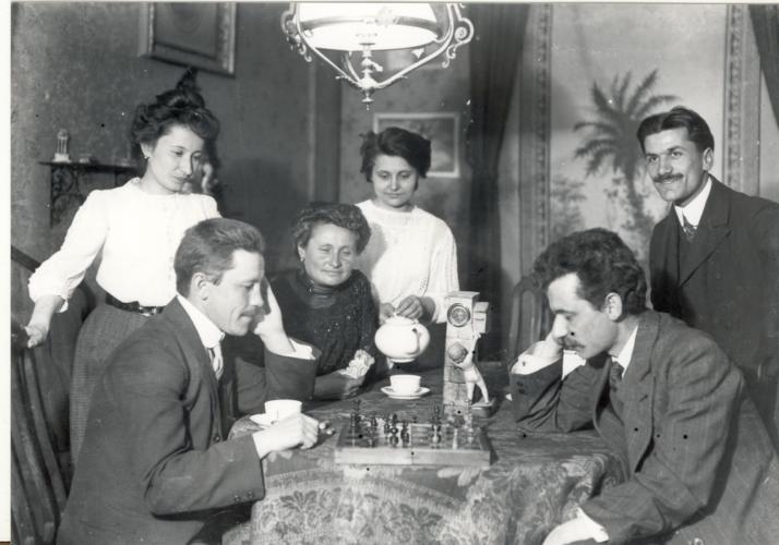 La famiglia Pavia gioca a scacchi, Torino 1910. - La famiglia Pavia gioca a scacchi, Torino 1910.  Archivio CDEC, Fondo fotografico Mario Pavia