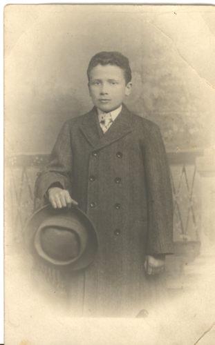 Bar mizvà (maggiorità) di Giulio Luzzatti, Torino 1911. - Il rispetto delle principali festività e delle tradizioni religiose più importanti fu uno dei più saldi legami con la tradizione che molte famiglie ebraiche, anche quelle profondamente assimilate, mantennero.  Archivio CDEC, Fondo fotografico Simonetta Luzzati