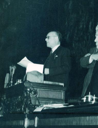 Umberto Terracini presiede l'Assemblea Costituente, dicembre 1947 - Umberto Terracini presiede l'Assemblea Costituente, dicembre 1947  Archivio del Senato, Roma