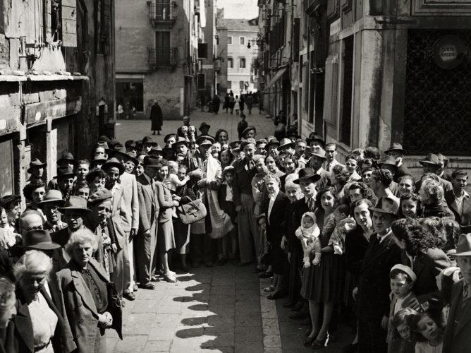 Gruppo di ebrei nel campo di ghetto nuovo a Venezia dopo la liberazione - Comunità ebraica Venezia, Archivio storico