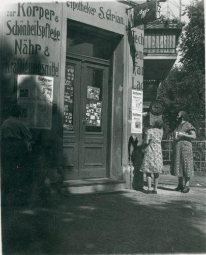 Scritte antisemite vicino alla farmacia del padre di Enzo Arian a Berlino - Archivio CDEC, Fondo Giorgina Arian Levi, b. 1, fasc. 2