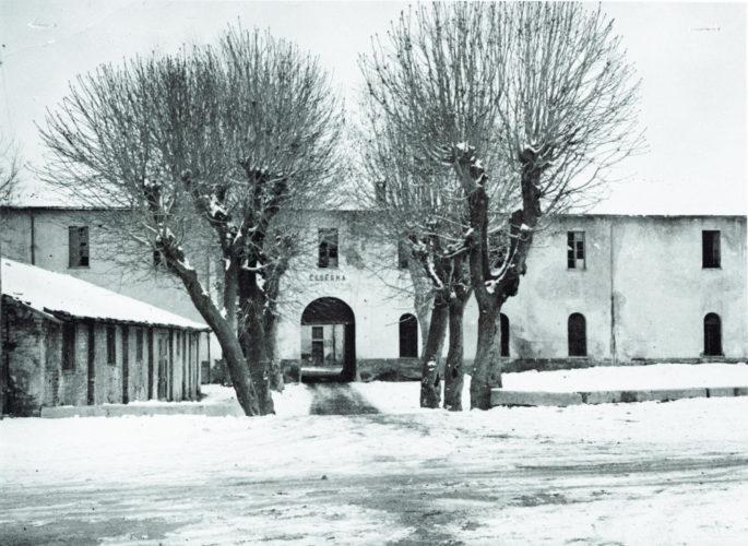 Il campo di Borgo San Dalmazzo nella caserma degli Alpini. - Questo campo fu istituito dalle autorità tedesche nel settembre 1943. In esso furono internati poco meno di 400 ebrei stranieri e alcune decine di italiani. Esso venne chiuso il 21 novembre del 1943 data in cui tutti gli ebrei stranieri ivi rinchiusi vennero caricati su un trano e deportati a Drancy, campo di transito alla periferia di Parigi, mentre gli italiani vennero rilasciati il 9 novembre con l'obbligo di residenza nelle rispettive abitazioni  CDEC, Archivio storico, fondo 5F, f. campo di Borgo San Dalmazzo