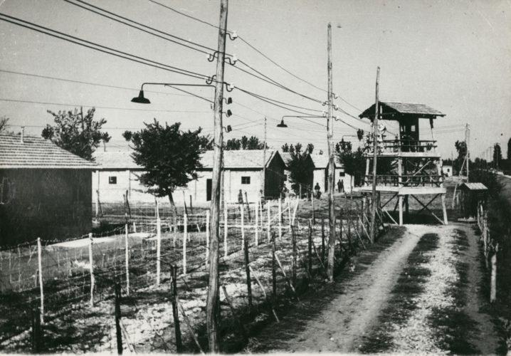 """Campo di Fossoli -  Il campo era stato istituito dagli italiani nel maggio 1942 per i prigionieri di guerra. Sotto la Repubblica Sociale italiana, nel dicembre 1943, venne prescelto come centro di raccolta nazionale per gli ebrei arrestati. Nel marzo 1944 l'area del campo riservata agli ebrei passò sotto la gestione diretta delle SS; le deportazioni erano già iniziate nelle settimane precedenti. Il 2 agosto 1944, il campo venne chiuso per ragioni di sicurezza.  Archivio CDEC, Fondo Località di internamento, campi di concentramento, carceri, b. 5, fasc. 52  - <a href=""""http://digital-library.cdec.it/cdec-web/storico/detail/IT-CDEC-ST0027-000068/fossoli-carpi-1.html"""" target=""""_blank""""  >vai alla scheda</a>"""