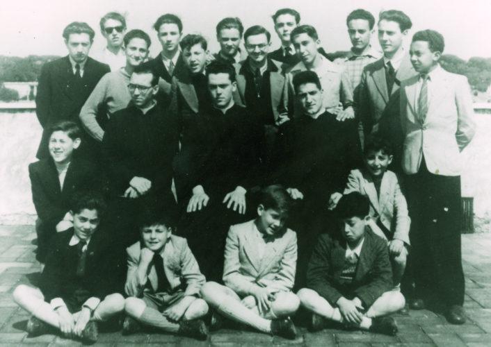 Gruppo di allievi al convento di Mondragone, vicino Frascati, con tre ragazzi ebrei nascosti: Floriano Hettner e Mario e Gioacchino Sonnino - Archivio privato, Berlino