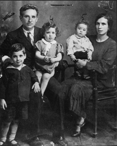 """La famiglia Bondi: Leone e la moglie Virginia Piperno con tre dei sei figli. Tutti vennero arrestati nella retata del 16 ottobre e deportati ad Auschwitz. Nessuno sopravvisse - Archivio CDEC, Fondo Massimo Adolfo Vitale - Fotografie - <a href=""""http://digital-library.cdec.it/cdec-web/fotografico/detail/IT-CDEC-FT0001-0000019644/leone-bondi-e-virginia-piperno-bondi-i-figli-benedetto-fiorella-e-giuseppe-bondi.html"""" target=""""_blank""""  >vai alla scheda</a>"""