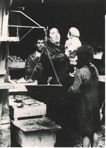 Flora Spizzichino nella sua bottega di frutta e verdura a Roma, in via Portico d'Ottavia, 1938 - Archivio privato, Roma