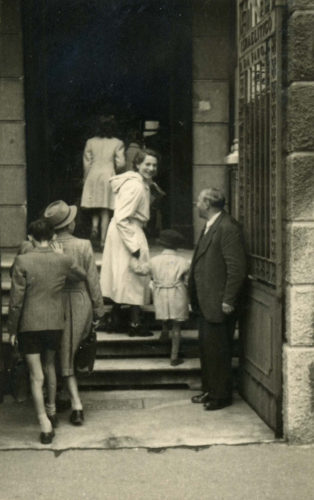 """Ingresso della scuola ebraica di Milano in via Eupili, 1942 - Archivio CDEC, Fondo Dario Navarra, Album della scuola ebraica di via Eupili, p. 5  - <a href=""""http://digital-library.cdec.it/cdec-web/fotografico/detail/IT-CDEC-FT0001-0000056655/album-della-scuola-ebraica-via-eupili-milano.html"""" target=""""_blank""""  >vai alla scheda</a>"""