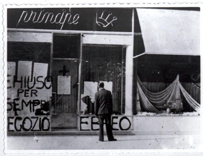 """Scritta antisemita sulla vetrina di un negozio a Trieste, dicembre 1938 -  Archivio CDEC, Fondo Comunità Ebraiche in Italia, b. 6, fasc. 48  - <a href=""""http://digital-library.cdec.it/cdec-web/storico/detail/IT-CDEC-ST0046-000052/comunita-ebraica-trieste.html"""" target=""""_blank""""  >vai alla scheda</a>"""