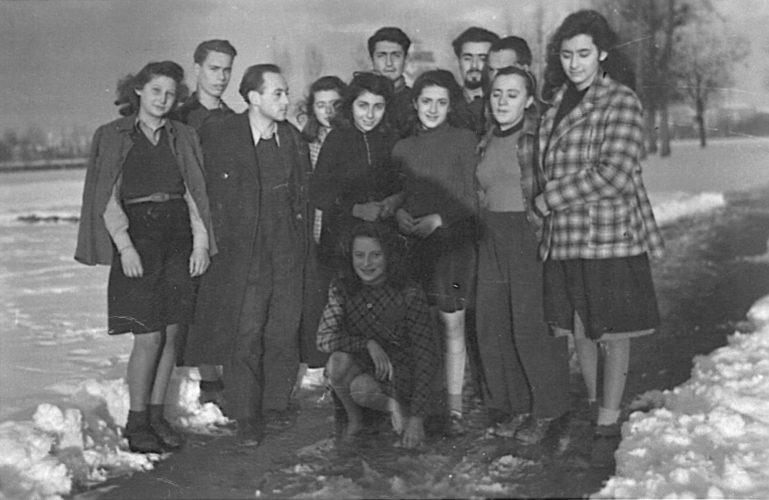 I giovani profughi ebrei a Villa Emma, Nonantola (Modena), con la loro guida Joseph Indig - Comune di Nonantola, Archivio storico